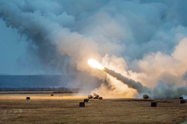 Amerykańskie wyrzutnie rakiet HIMARS podczas ćwiczeń Red Flag na Alasce