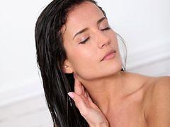 W wakacje brunetki powinny unikać farbowania włosów?