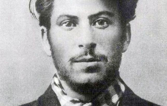 Wpadka władz Helu. Zamiast zdjęć Baczyńskiego drukowali plakaty ze Stalinem