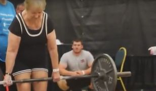 Seniorka podnosi prawie 60 kg.