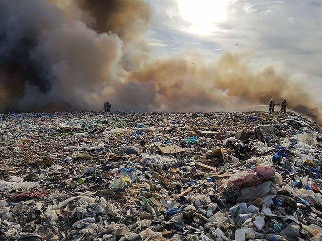 Strażacy walczą z pożarem składowiska odpadów w miejscowości Ruszczyn w woj. łódzkim.