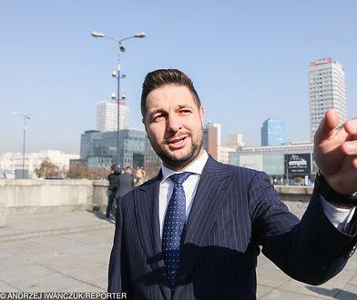 Przewodniczący komisji weryfikacyjnej na Placu Defilad w Warszawie