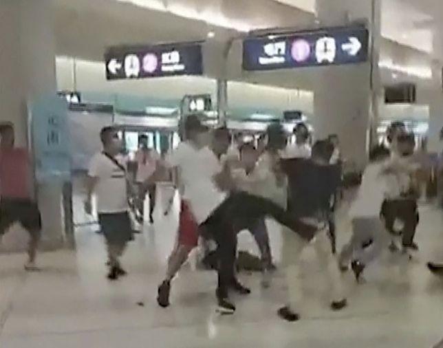 Atak miał miejsce w pociągu i na peronie stacji Yuen Long