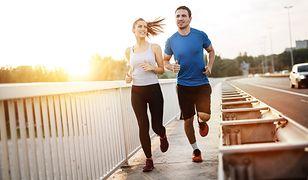 Przed rozpoczęciem treningu biegowego należy zadbać o: cel, motywację, rozgrzewkę i dobór odpowiedniego obuwia treningowego.