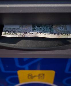 Gotówka znaleziona w bankomacie. Poszukiwany właściciel