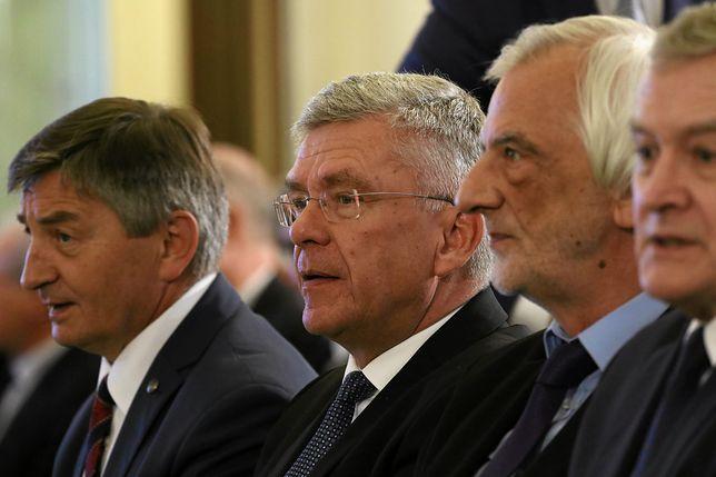 Najważniejsi politycy PiS przedstawiają różne wersje dotyczące kampanii Polskiej Fundacji Narodowej.