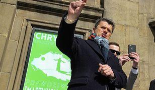 Janusz Palikot w trakcie kręcenia spotu wyborczego poświęconego wydatkom państwa na Kościół. W 2015 roku polityk przeszarżował z atakiem na Kościół, bo zabrakło odpowiedniego paliwa. Przegrał.