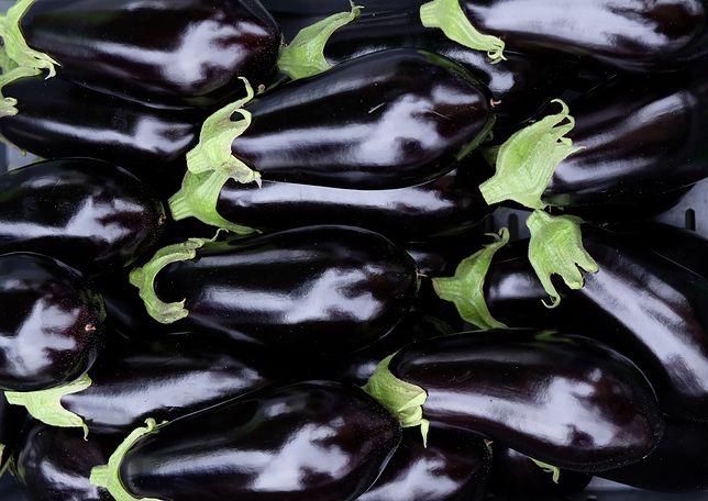 Bakłażan jest bogaty w potas, wapń i magnez. Jest też naturalnym źródłem błonnika. Przepisy z bakłażanem