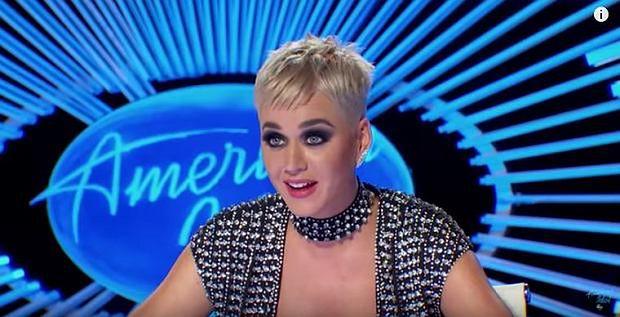 """Katy Perry pocałowała uczestnika """"Idola"""". Internauci: """"To molestowanie seksualne"""""""
