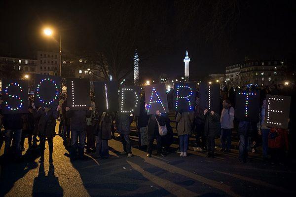 """Francuska prasa: niedziela demonstracji we Francji """"historycznym dniem"""""""