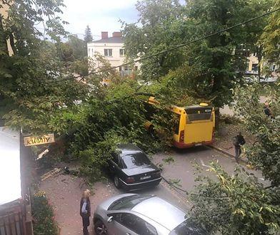 Pogoda. Połamane drzewa i zniszczone samochody. Nawałnica przeszła przez Mazowsze