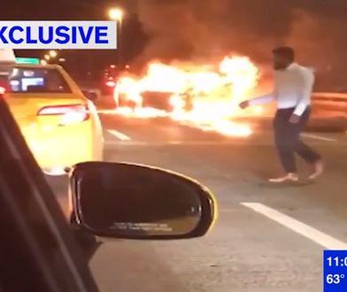 Kierowca opuścił płonące auto. W środku była kobieta