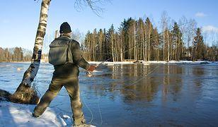 Dla niektórych nie ma nic lepszego niż łowienie w lodowatej wodzie