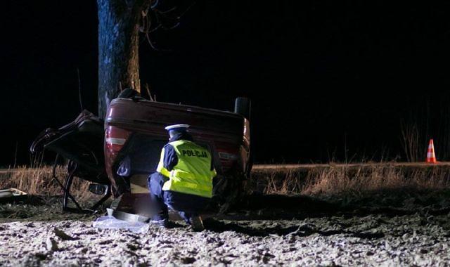 Śmiertelny wypadek drogowy. Funkcjonariusz policji dokonuje oględzin samochodu