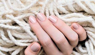 """Delikatny i znowu modny. """"Nude"""" wraca w trendach manicure."""