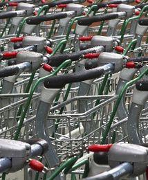 Supermarkety zahamowały spadki