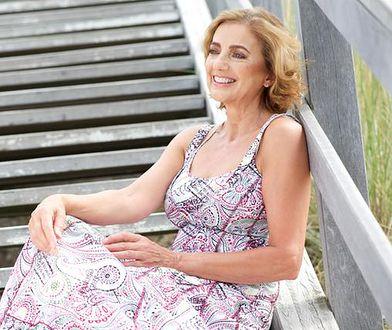 Letnie sukienki powinny być wykonane z przewiewnych tkanin w twarzowych kolorach