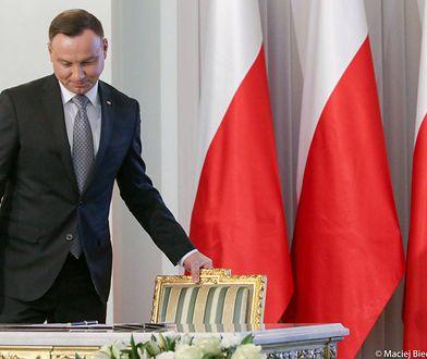 Prezydent Andrzej Duda podjął decyzję ws. kontrowersyjnej nowelizacji ustawy o IPN. Na zdjęciu prezydent przed podpisaniem ustawy o zakazie handlu w niedziele.