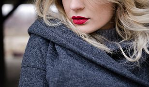 Szary sweter i czerwona pomadka to dobre połączenie
