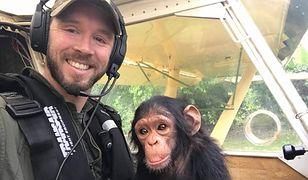 Uratował małego szympansa z rąk kłusowników. Zwierzę razem z nim pilotowało samolot
