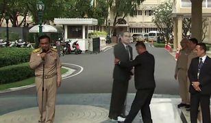 Premier Tajlandii i jego tekturowa podobizna