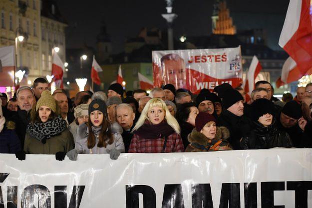 Gorąco na Krakowskim Przedmieściu. Jarosław Kaczyński: Polska zwycięży, wbrew swoim wrogom i zdrajcom