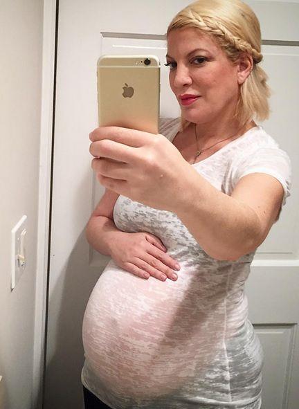 Tori Spelling chwali się ciążowym brzuchem. Poród coraz bliżej!