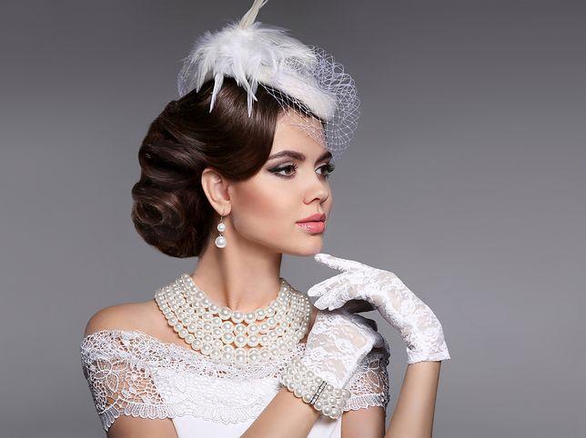 Fryzury ślubne bez welonu mogą nawiązywać do stylów retro, boho i glamour