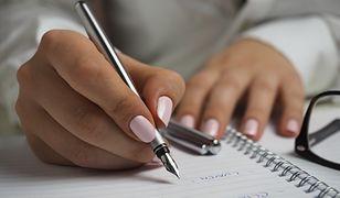 Nawet jeśli w szkole akceptuje się malowanie paznokci, wzory wybierane przez uczennice nie powinny rzucać się w oczy