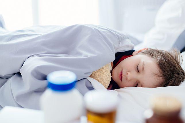 Dziecko po antybiotyku jest osłabione i narażone na infekcje, dlatego powinno zostać w domu, póki nie odzyska sił