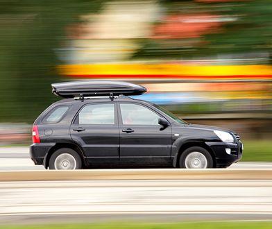 Samochód z bagażnikiem dachowym.