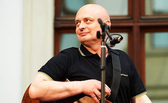 Jędrzej Kodymowski na scenie podczas koncertu Jana Pietrzaka na Zamku Ujazdowskim