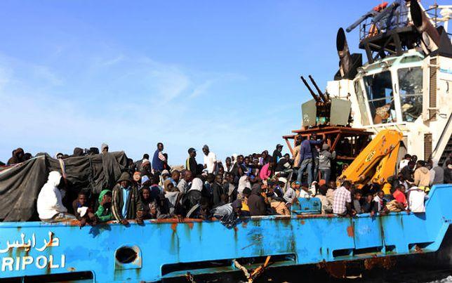 Imigranci przechwyceni przez jednostkę libijskiej straży wybrzeża na Morzu Śródziemnym