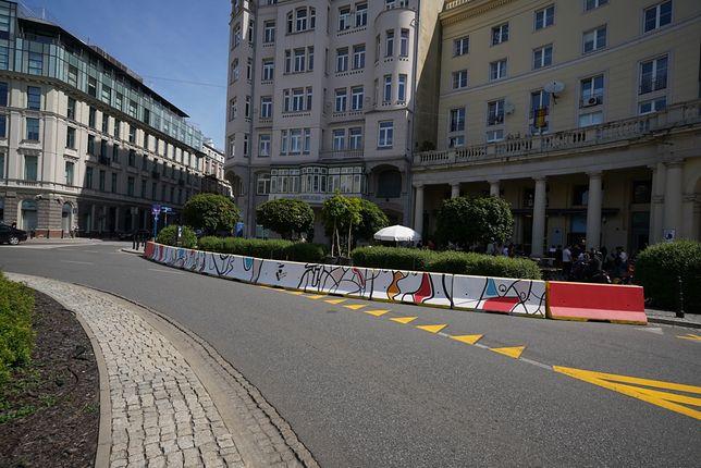Warszawa. Betonowe bariery na pl. Zbawiciela zostały pomalowane