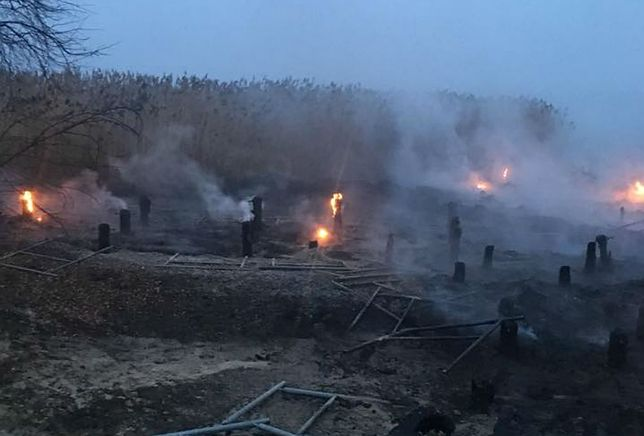 Strażacy i mieszkańcy Trzebieży wstrząśnięci. Ktoś spalił kilkaset metrów pomostów