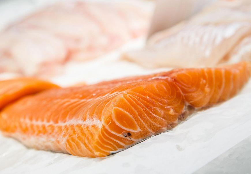 Obecnie na rynku znajdziemy łososia hodowlanego i znacznie droższego łososia dzikiego. Czy jednak różnią się od siebie czymś więcej, jak tylko ceną?