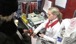 Czytelnik twierdzi, że płacenie gotówką wydłuża kolejki przy kasach