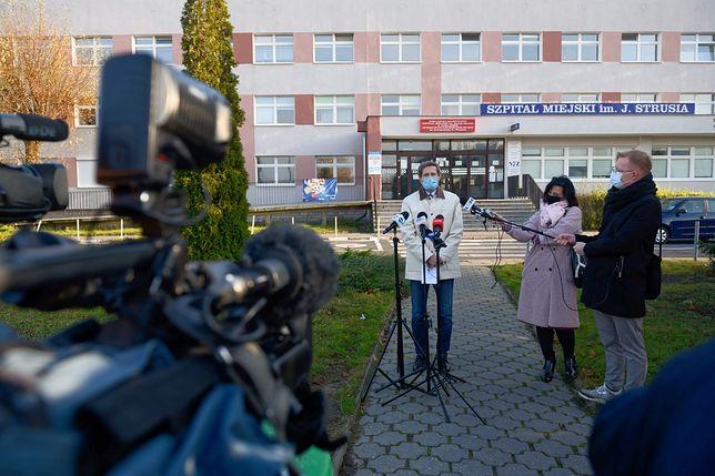 Rzecznik szpitala Stanisław Rusek podczas konferencji prasowej przed Wielospecjalistycznym Szpitalem Miejskim im. Józefa Strusia w Poznaniu, gdzie wczoraj 60-letni pacjent zakażony koronawirusem wyskoczył z okna na szóstym piętrze