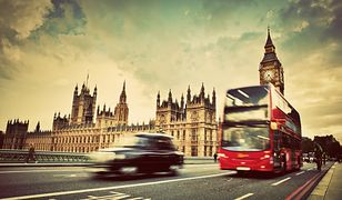 Taksówka czy autobus? Sprawdź, czym najszybciej i najtaniej dostać się z lotniska do centrum miasta