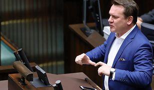 """Ostre spięcie w TVP Info z udziałem Dominika Tarczyńskiego. Wzburzyły go słowa o """"frajerach"""""""