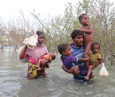 Rodzina Rohindżów ucieka z Mjanmy do Bangladeszu