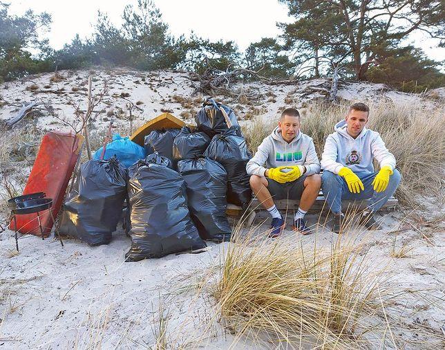 Jakub i Dawid podczas sprzątania plaży