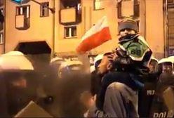 Marsz narodowców we Wrocławiu. Mężczyzna z dzieckiem na ramionach szarpał się z policją