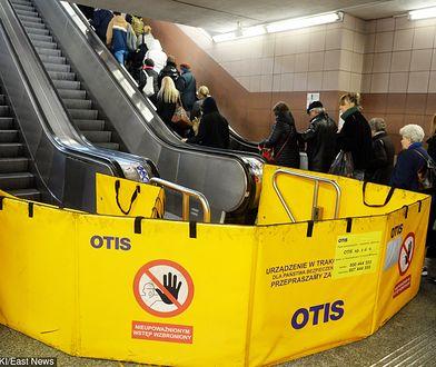Warszawa 04.10.2018. Awaria ruchomych schodów na stacji metra Centrum. Cztery osoby zostały poszkodowane.