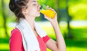 Picie słodkich napojów w czasie upałów odwadnia
