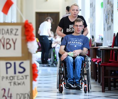 Iwona Hartwich z synem Jakubem na proteście w Sejmie w maju 2018 r.