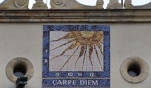 Na Zamku Książąt Pomorskich w Szczecinie jest doskonale widoczny zegar słoneczny