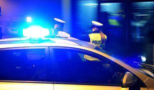 Warszawa. Samochód spadł ze skarpy i wylądował na boku. Kierowca uciekł