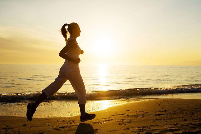 Bieganie na plaży to doskonałe urozmaicenie tradycyjnych treningów biegowych.