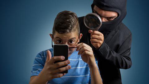 Jak bronić się przed inwigilacją? Tak atakuje się smartfony